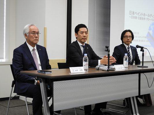 (左から)田中正明会長兼社長、若月雄一郎専務執行役員CFO、田中良輔インベスターリレーション部長